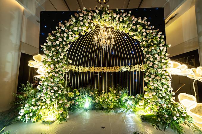 <p> Khu vực chụp ảnh được trang trí bởi hình một chiếc lồng chim thể hiện sự đầm ấm, xung quanh kết nhiều hoa hồng.</p>