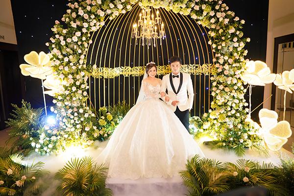 Vũ Ngọc Ánh - Anh Tài mặc trang phục cưới xuất hiện ở sảnh tiệc