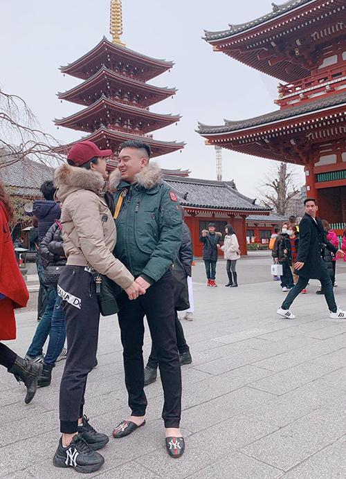Hai vợ chồng Diệp Lâm Anh nắm tay nhau chụp hình rất tình tứ khi du lịch Nhật Bản.