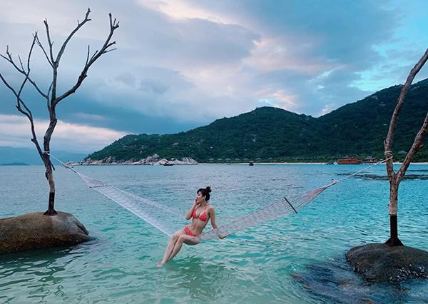Phương Trinh Jolie mắc võng ngồi thả dáng giữa biển.