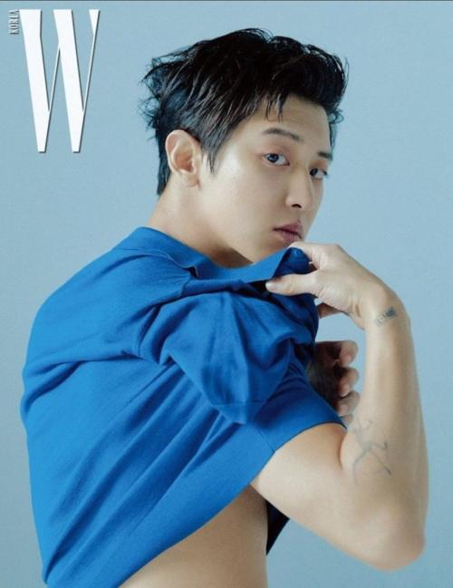 Chan Yeol (EXO) khoe cơ bắp trên W Korea.