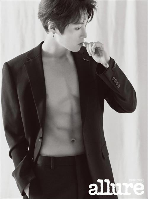 Ha Sung Woon tiếp tục là tên tuổi được các tạp chí thời trang săn đón. Anh khoác áo vest hững hờ,chàng khoe cơ bụng sáu múi quyến rũ.