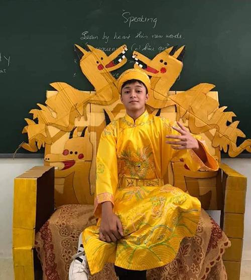 Học sinh và các giáo viên chụp ảnh đáng yêu với chiếc ghế đặc biệt.