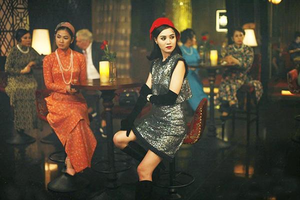 Đi đến đâu là có người chú ý đến đó, Như Ý luôn rất chỉn chu trang phục để giữ được mác cô Ba Sài Gòn. Trong khi mẹ luôn muốn hướng cô đến giá trị cổ điển với áo dài thì Như Ý lại chạy theo những kiểu mốt phương Tây, có đôi chút lòe loẹt, diêm dúa.