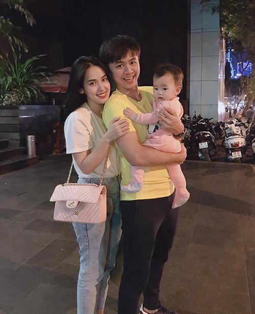 Tú Vi cùng ông xã Văn Anh đưa công chúa nhỏ đi dạo phố.