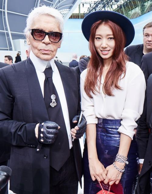 Park Shin Hye là một trong số ít những mỹ nhân Hàn lọt vào ánh mắt Karl Lagerfeld. Cô cómối giao hảo thân thiết với Karl Lagerfeld và Chanel trong những năm 2014-2016.Nữ diễn viên từng tham dự nhiều show thời trang, được thương hiệu ưu ái. Tuy nhiên, trước khi chính thức trở thành nàng thơ tại Hàn của Karl, Park Shin Hye đã rút lui. Một số tin đồn cho rằng quãng thời gian thử thách của Chanel dành cho Park Shin Hye quá lâu khiến cô nản lòng.