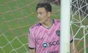 Văn Lâm vào lưới nhặt bóng vì sai lầm ở trận ra mắt Muangthong United
