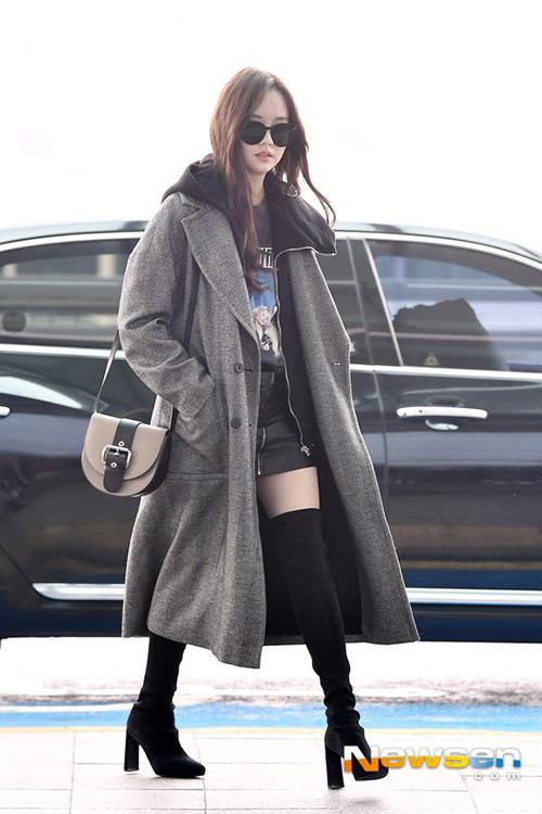 Ngôi sao sinh năm 1999 Kim So Hyun xuất hiện đầy sang chảnh, cuốn hút với váy da, đôi boots quá gối.