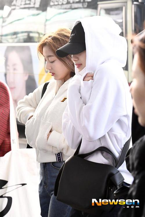 Sana (đội mũ) là thành viên khiến nhiều người tò mò nhất khi kiên quyết không lộ style tóc mới.