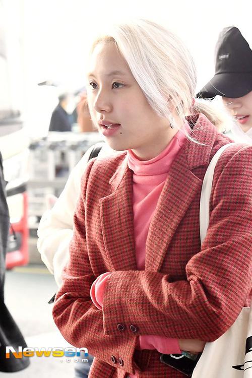 Em út Chae Young nổi bần bật với mái tóc bạch kim. Cô nàng được mệnh danh là idol hợp với mọi kiểu tóc.