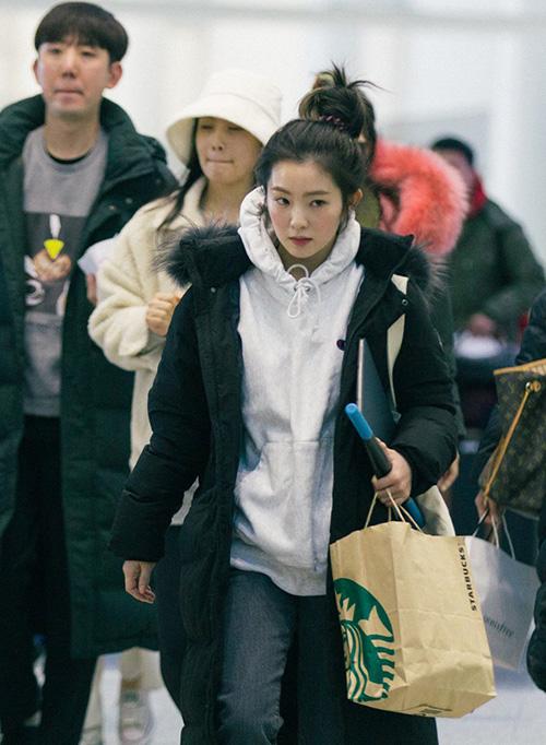 Red Velvet lên đường sang Canada tổ chức concert. Khác với hình ảnh sang chảnh trên các mẫu quảng cáo, Irene mặc đồ thể thao xuề xòa, kiểu tóc búi rối tung như chưa kịp chải.