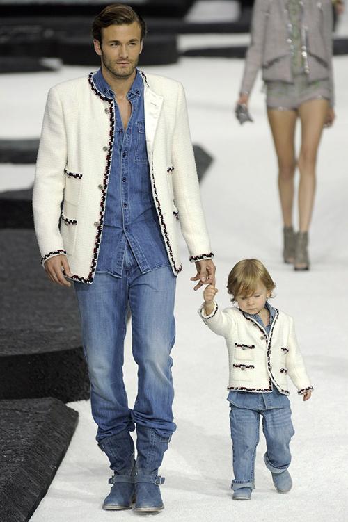 Hudson trong lần đầu catwalk trong show Chanel cùng bố Brad.