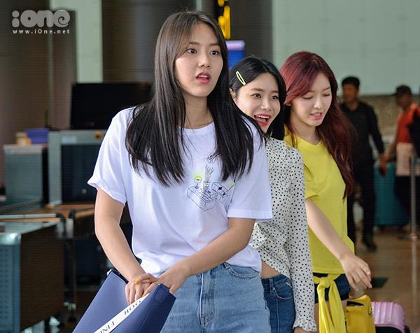 Các thành viên của nhóm nhạc AOA Cream đã nghỉ ngơi tại phòng chờ trong khi đoàn quay phim tiến hành quay các cảnh quay phụ ở khu vực sảnh đón của nhà ga quốc tế. Vào khoảng 12h trưa, các cô gái xinh đẹp bắt đầu Check-out để tiến hành những cảnh quay đầu tiên ngay tại sân bay trước khi lên xe để di chuyển đến địa điểm quay tiếp theo.