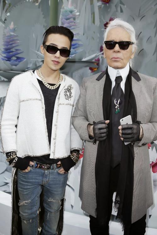 G-Dragon từng có nhiều năm hợp tác quảng bá, là khách mời quen mặtdự show Chanel trước khi chính thức trở thành đại sứ thương hiệucủa thương hiệu này vào tháng 11/2016.