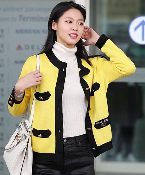 Ra sân bay để lên đường sang Milan (Italy), Seol Hyun thu hút sự chú ý dù trang điểm nhẹ nhàng. Cô nàng thành spotlight nhờ chiếc áo vàng rực, theo xu hướng tông chóe đang hot gần đây. Tuy nhiên cũng vì món đồ này mà người đẹp gây nên tranh cãi.