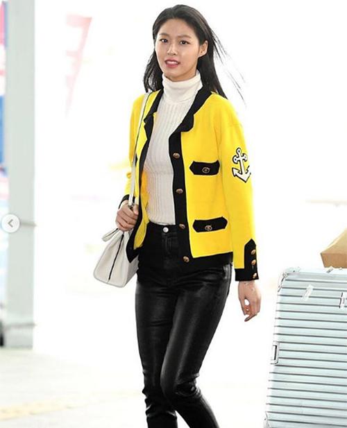Nhiều ý kiến nhận xét thiết kế màu vàng của Gucci tuy nổi bật nhưng lại không phù hợp với làn da ngăm đen của Seol Hyun. Nó khiến cô nàng trông có phần kém sang dù đang mặc cả cây đồ đắt đỏ.