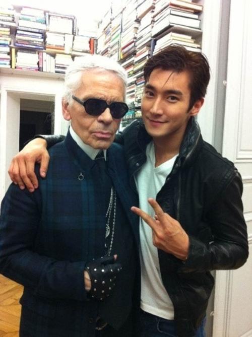 Si Won (Super Junior) cũng có mối quan hệ bạn bè với Karl Lagerfeld. Nhà thiết kế kiêm nhiếp ảnh gia nổi tiếng từng tự taythực hiện một bộ ảnh tạp chí cho Si Won.