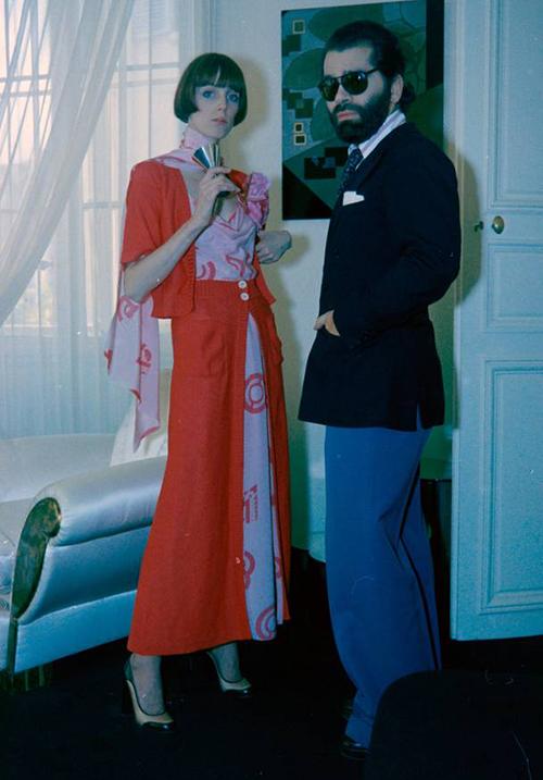 Trước khi chính thức trở thành giám đốc sáng tạo cho Chanel, Karl Lagerfeld từng có những năm đầu sự nghiệp thiết kế cho Chloé, ban đầu là vài mẫu, sau đó là cả bộ sưu tập. Trong số đó, BST Xuân Hè 1974 là đáng nhớ hơn cả. Cho đến nay, tín đồ thời trang vẫn còn phải mê mẩn những thiết kế voan họa tiết bồng bềnh, mang đặc trưng phong cách bohemien của nhà mốt nước Pháp.