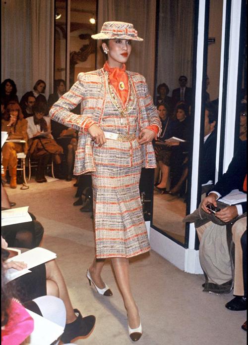 Karl Lagerfeld nhận lời về làm cho Chanel năm ông 49 tuổi. Bộ sưu tập đầu tiên bố già ra mắt trong vai trò giám đốc sáng tạo của hãng là vào tháng 1/1983. Thời điểm đó, Chanel đang trên bờ vực phá sản với những thiết kế cũ kỹ, già nua sau 12 năm Coco Chanel qua đời. Lagerfeld bằng tài năng của mình đã đưa những kiểu mốt đặc trưng của nhà sáng lập được sống dậy mạnh mẽ, trong đó phải kể tới đồ vải tweed, mũ fedora, giày cap-toe... cho đến nay vẫn là những món thời trang bất hủ.