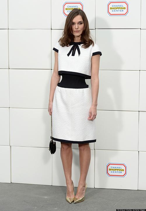 Sự nghiệp của Lagerfeld cũng có những thiết kế gây tranh cãi, nổi tiếng trong số đó là mẫu váy thắt eo kỳ lạ mà Keira Knightley từng diện đến Paris Fashion Week Thu Đông 2014. Tuy là váy liền nhưng nó lại tạo cảm giác như một set croptop cùng váy. Lớp vải bó co giãn ở eo bị một số người chê xấu xí, một số lại khen giúp người mặc trông thon thả hơn.