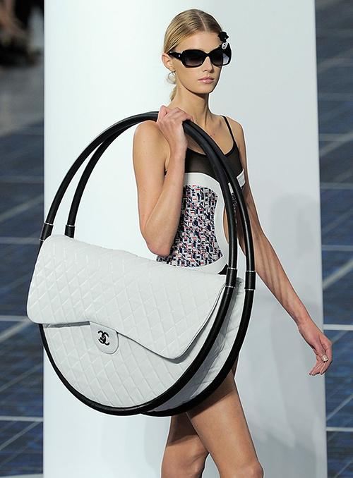 Mùa Xuân Hè 2013, Lagerfeld đã giới thiệu một món phụ kiện gây tranh cãi nhất với tín đồ của Chanel từ trước đến nay - một chiếc túi hula hoop khổng lồ. Nhiều ý kiến nổ ra xung quanh món đồ, trong số đó đa phần là những thắc mắc về việc nó dùng để làm gì, dùng hàng ngàythế nào. Tuy nhiên Lagerfeld đã cho thấy rằng với một thương hiệu xa xỉ như Chanel, fashion show có thể biến thành những cuộc vui nơi mà những món đồ đôi khi không thực sự cần giá trị sử dụng.
