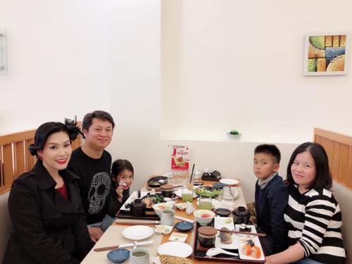 Hà Hương đi ăn cùng gia đình Thành Vinh.