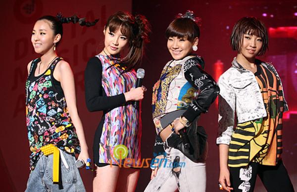 2NE1 debut ngày 16/5/2009 với single Fire. Chỉ sau 28 ngày ra mắt, 4 cô gái vàng nhà YG đã chinh phục ngôi vị quán quân đầu tiên trên show Inkigayo.