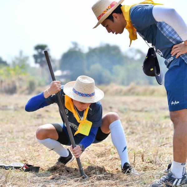 Đồng đội tại Buriram tham gia hoạt động giữa nắng trưa.