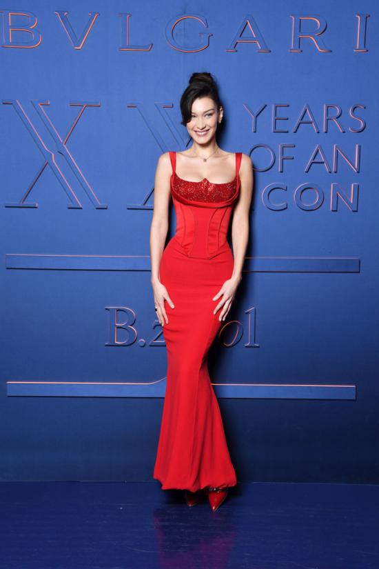 Bella Hadid nổi tiếng là người ưa chuộng những thiết kế theo phong cách corset, và cô cũng chẳng ngại ngần thử nghiệm những màu sắc táo bạo. Trong một sự kiện của Bulgari tại Roma, Italy mới đây, cô nàng chiếm trọn spotlight với diện mạo cực quyến rũ.