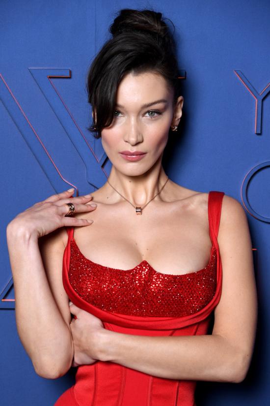Người mẫu 9x mặc chiếc váy Versace màu đỏ nổi bật với điểm nhấn là phần ngực đính đá Swarovski, kết hợp cùng trang sức Bulgari.