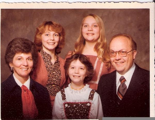 Hàng dưới (từ trái qua): Mary Ann - Susan Broberg (em gái út của Jan) - Bob BrobergHàng trên (từ trái qua): Jan Broberg - Karen Campbell (em gái thứ của Jan)