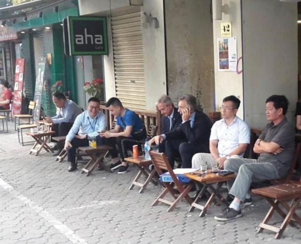 Tổng thống Argentina thoải mái ngồi vỉa hè Hà Nội. Ảnh: Clarin.