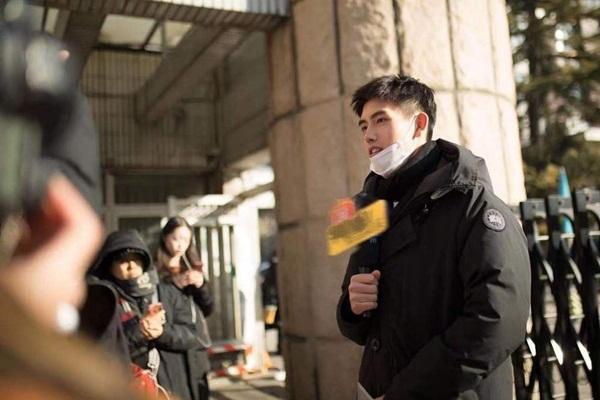 Trần Phi Vũ thu hút truyền thông tại điểm thi, tự tin trả lời phỏng vấn. Trần Phi Vũ sinh năm 2000, là con trai của đạo diễn nổi tiếng Trần Khải Ca, từng đóng chính trong các phim Bí quả, Tương dạ.
