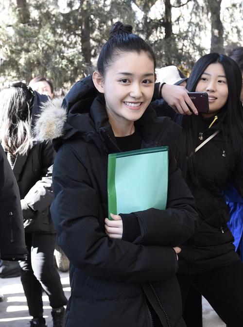 Sao nhí sinh năm 2001 Tưởng Y Y cũng dự thi hai trường nghệ thuật là Học viện Điện ảnh Bắc Kinh và Học viện Hý kịch Trung ương. Cô nàng đóng phim từ bé, hiện đã bỏ túi 28 tác phẩm lớn nhỏ, nổi bật trong đó là Mỹ nhân tâm kế (2010), Thần điêu đại hiệp (2014), Sở Kiều truyện (2017).