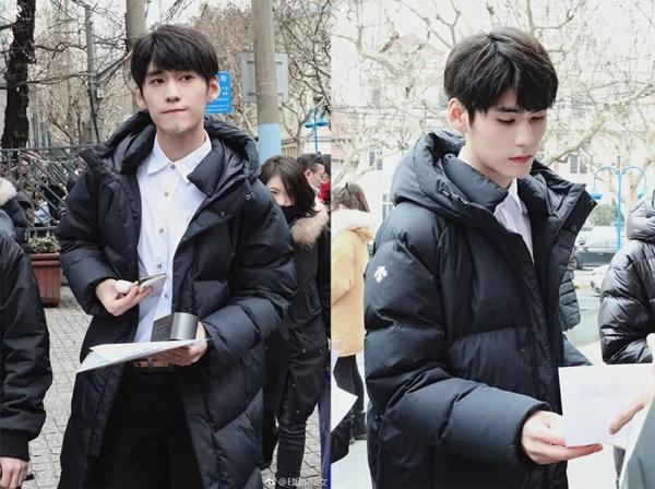 Cao Mậu Đồng, sinh năm 2000, là thành viên nhóm TANGRAM (TGM) của Banana Culture, từng tham gia Idol Producer. Chưa tròn 19 tuổi, Cao Mậu Đồng đã cao 1,88m, có vẻ ngoài điển trai hút đông đảo fan girl.