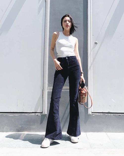 Tú Hảo chỉ cần một chiếc tank top trắng kết hợp cùng quần jeans là đã khoe được vẻ sành điệu.