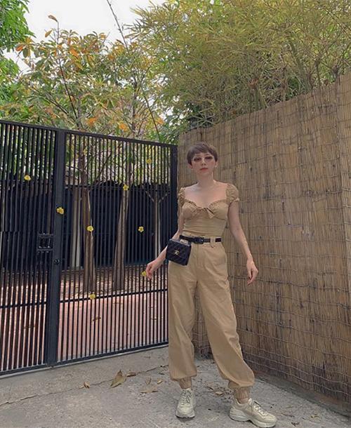 Tóc Tiên trẻ trung trong set đồ tông be, kết hợp túi đeo thắt lưng Chanel sành điệu.