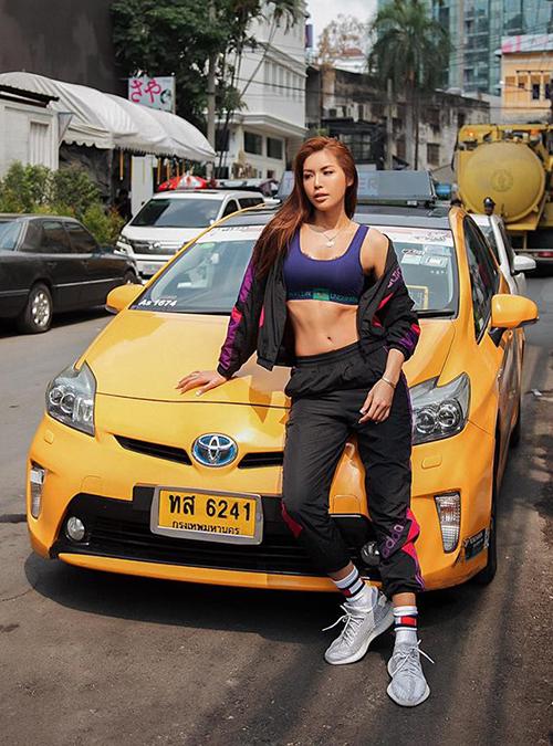 Minh Tú khoe vòng eo săn chắc trên đường phố Thái Lan với cả cây đồ sporty.