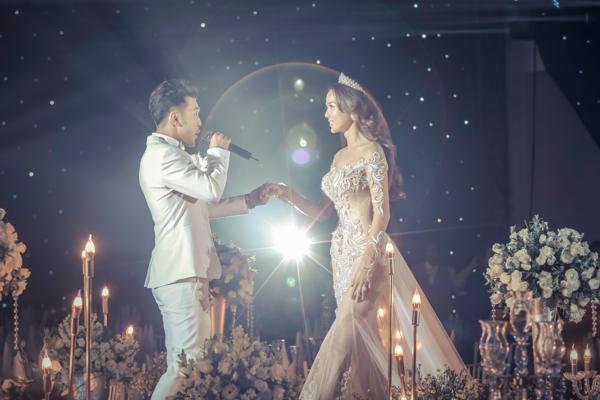 Ưng Hoàng Phúc và Kim Cương trong lễ cưới.