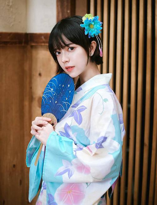 Vẻ đẹp mong manh giúp Châu Thư trông chẳng khác gì búp bê khi diện những trang phục dịu dàng, dễ dàng đốn tim cả fan nam và nữ.