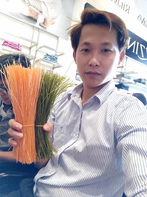 Anh Trương Tiến, 32 tuổi, tác giả của sản phẩm ống hút ăn liền.