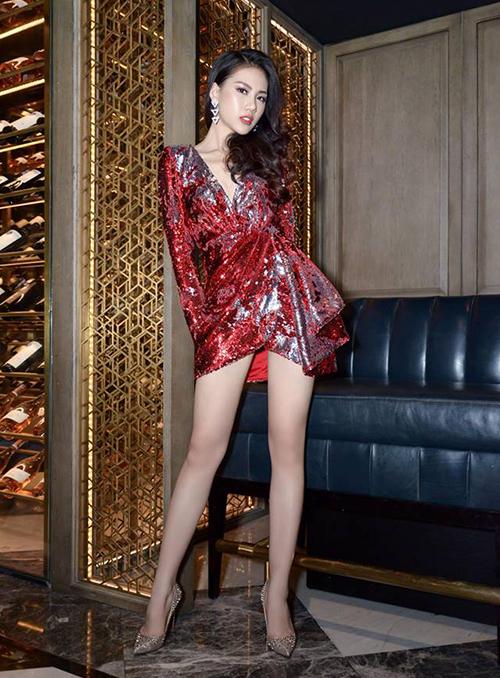 Chiếc váy xẻ ngực sâu hút này còn được lòng rất nhiều mỹ nhân Việt khác. Giải Vàng Siêu mẫu Quỳnh Hoa cũng từng mặc trang phục đi sự kiện, giúp cô tôn lên đôi chân thon dài mịn màng.