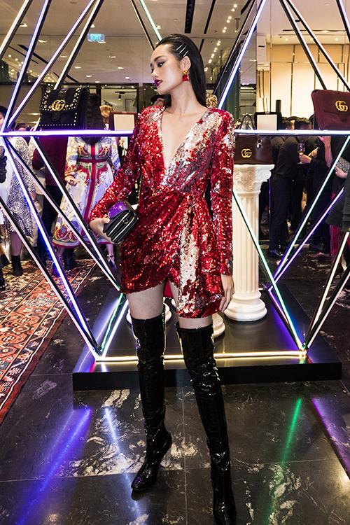 Vào tay Á quân The Face Quỳnh Anh, bộ đầm lại trở nên cá tính hơn hẳn. Cô nàng tạo nên sự đột phá khi diện váy cùng boots cao ngang đùi và phụ kiện kẹp tóc đúng mốt.