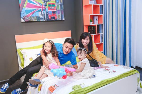 Bên cạnh căn nhà vườn hàng ngàn m2 mới mua, Hồng Đăng cũng sở hữu một căn hộ cao cấp giữa trung tâm Thủ đô Hà Nội. Hồng Đông cho biết, cuộc sống của anh luôn êm đềm và anh luôn trân trọng những phút giây hạnh phúc bên vợ và hai con.