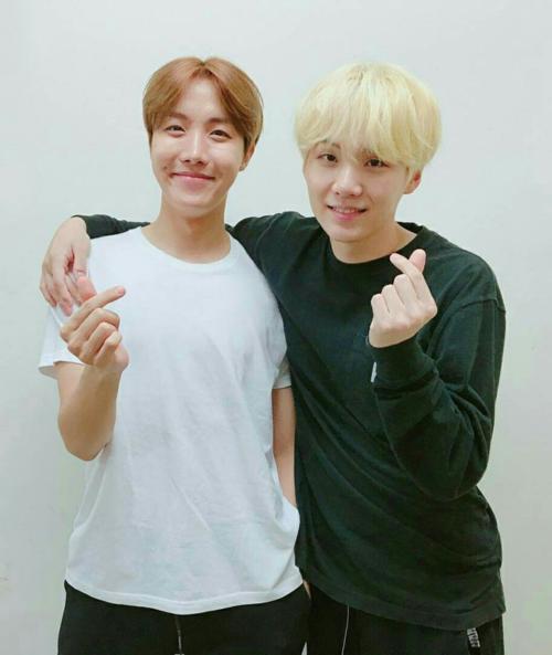Hai chàng rapper của BTS: Suga và J-Hope lần lượt xếp ở hai vị trí còn lại trong top 10.