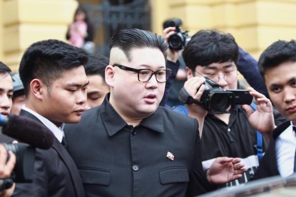 Howard X gây chú ý ở Hà Nội nhờ ngoại hình rất giống ông Kim Jong-un.