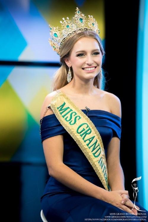 Sự việc Claire quyết tâm tham dự Miss Universe Australia 2019 để tìm kiếm cơ hội đến với đấu trường Hoa hậu Hoàn vũ khiến cộng đồng sắc đẹp xôn xao. Cô chấp nhận từ bỏ danh hiệu quốc tế để thi thố nhan sắc dù chuẩn bị bước sang tuổi 28.