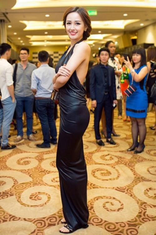Mai Phương Thúy diện đầm đen ôm sát lộ đường viền nội y. Phong cách của cô trở thành thảm họa khi chọn đôi sandal quai ngang vốn chỉ dành cho những buổi dạo phố.