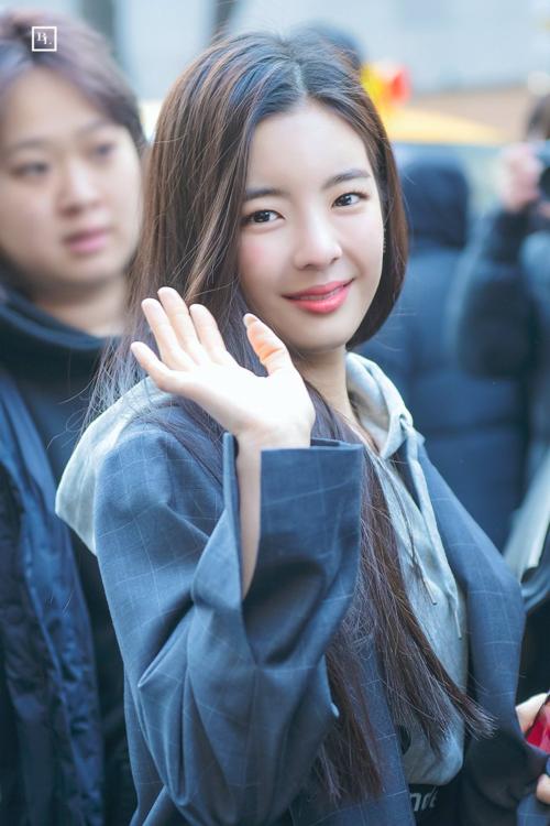 Người hâm mộ kết luận: với một idol Kpop, biểu cảm gương mặt là được ví như vũ khí bí mật. Idol có thể có những khuyết điểm về giọng hát hay vũ đạo, nhưng chỉ cần có thần thái và biểu cảm đa dạng là cũng đủ sức đốn tim fan, trở thành thỏi nam châm khiến fan không thể rời mắt.