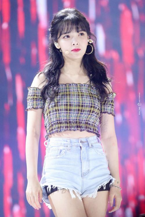 Trưởng nhóm AOA Ji Min gây bất ngờ khi đứng thứ hạng 13. Gần đây,những hình ảnh đáng báo động về tình trạng cân nặng của cô nàng liên tục được chia sẻ trên mạng xã hội. Khán giả cho rằng Ji Min cần phải tăng cân để sức khỏe không ảnh hưởng và trở lại phong độ nhan sắc như trước đây.